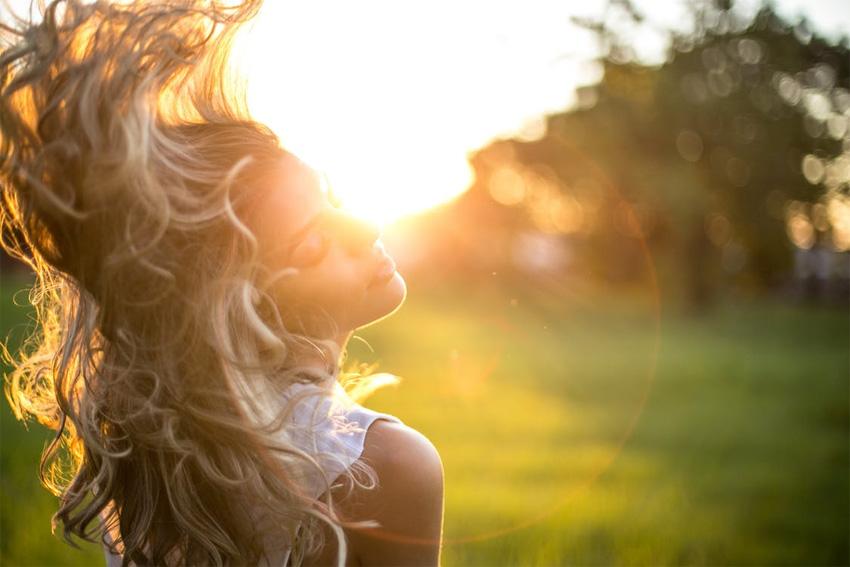 Skydda håret mot solen i sommar