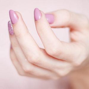 Tunna & sköra naglar: Orsaker, symptom & lösningar